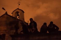 No importaba cómo, ni estar al lado de las aterrorizantes tumbas, el público disfrutó la espeluznante noche de cine de terror.
