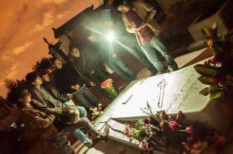Cerca de las 9 de la noche y pronto a terminar la película varios asistentes centraron su atención en las tumbas que estaban a su alrededor, en esta caso la de Carlos Pizarro.
