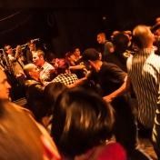 Pogo, pogo, pogo. Hombres y mujeres compartían la rudeza de saltar, golpear y patalear al unisono del punk de Desorden Social.