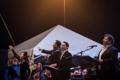 Cientos de víctimas y público asistente llegaron a la Plaza de Bolívar para escuchar a los 120 músicos que integran las Orquestas Filarmónicas de Bogotá y a las que se unieron la actriz y cantante Adriana Botina, el compositor Francisco Zumequé, el también actor y cantante Karol Márquez y el el varitono Valeriano Lanchas, nombrados de izquierda a derecha.