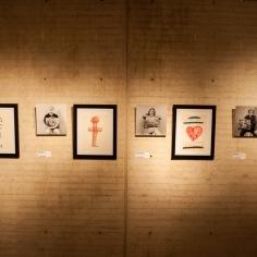 En la exposición, además de 5 rayuelas, cada una con 11 piezas de 11 artistas, se incluyeron 55 dibujos de pequeñas rayuelas elaboradas por los participantes de la exposición y fotografías de los mismos tomadas de manera espontánea por el maestro Rogelio Cuéllar al momento de la entrega de la obra de cada artista con un texto que rinde homenaje al argentino.