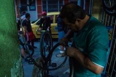 Quien rápidamente me arregló 'El caballito de acero' y muy barato porque a él le agrada mucho la causa de la Bicicletada y de paso se hace a nuevos clientes semana a semana.
