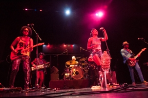 Y músicos tan destacados como La makina del Caribe, León Gieco, Africa Bambaataa, Jorge Velosa, la cuarta generación de los Gaiteros de San Jacinto y Rubén Blades; repartidos por diferentes espacios de Bogotá, Colombia. En la foto: La Makina del Caribe.