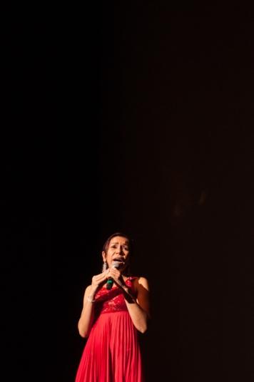 Con intervenciones de las víctimas, de esta guerra que lleva más de 50 años, y escuchando sus memorias entorno a la cruda violencia que tuvieron que sufrir, los asistentes pudieron sentir y pensar en propia piel que se siente ser un desplazado, perder al ser amado, la discriminación y hasta la fuerte e inolvidable violación. En la foto: Sofía de la Oz.