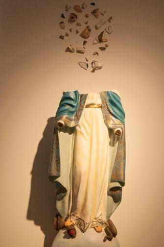 Esta exposición, que además nos cuenta historias cómo la de 'La virgen del Tarra'; una estatua instalada por paramilitares y que un día después de su desmovilización, fue decapitada por los habitantes del lugar.