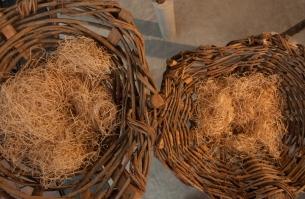 """Como estos nidos que son la metáfora de la vida cotidiana en la cultura campesina (el nido de las gallinas, el pilón y la artesa)… """"Allí donde todo nace, y allí donde atacan las águilas"""""""