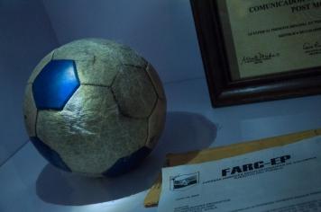 Y quienes hacen un homenaje a las víctimas del conflicto armado a través de objetos atemporales que ellos dispusieron tales como este balón de fútbol una carta de amenaza de las Farc y un diploma otorgado a posteriori