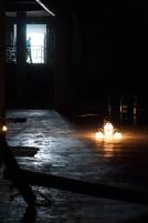 Postes caídos, lámparas en el piso, cables templados, barriles por el suelo y banderas mudas ante la destrucción, y todo hilado por un piano que retiene a un hombre, es lo que no se pueden perder en esta exposición que estará abierta hasta el próximo 30 de mayo en el monumento a Los Héroes.