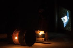 Usando una instalación multimedial en la que encontraremos piezas escultóricas, sonoras y audiovisuales, configurados como un racimo; el artista nos hará recorrer los rincones de este lúgubre lugar de la capital, hasta su rincón más profundo en el interior de su cuarto piso.