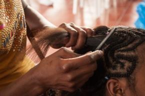 Donde existe una rica cultura que abarca desde lo más mínimos detalles como sus famosos peinados en los que por tradición, las trenzas narran una historia de lo acontecido en sus vidas.