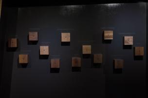 Nos proporciona fragmentos de narraciones orales que invitan acercar el oído a estas pequeñas cajas de madera…