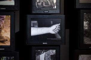 Esta exposición que además de darnos cuenta de la cruda realidad que azotó a Medellín durante la fuerte oleada paramilitar que se fusionó con la sociedad especialmente en las comunas.