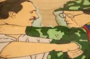 Nos recuerda lo frágiles que somos. Como con la serie Delicatessen de Roberto Romero, quien con cinco galletas cubiertas de azúcar glaseado nos recuerda entre sonrisas y abrazos los momentos importantes cuando se sentía cerca la Paz que su imposibilidad. Como la famosa estrechada de manos del exlíder de las FARC 'Tirofijo' y el expresidente de Colombia, Andrés Pastrana.