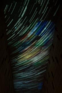 Pensada desde el renacimiento del ave fénix en medio de sus cenizas, esta resilente proyección laser que muestra constelaciones realizadas por muchas de estas víctimas, es una introducción poética a esta problemática que hace de Colombia uno de los países del mundo con el mayor número de desplazados internos.