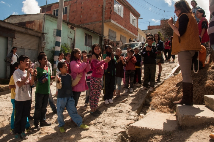 10.La jornada arrancó temprano y los niños ansiosos se prepararon para entrar a la sala, dentro del salón comunal donde se hizo la actividad.