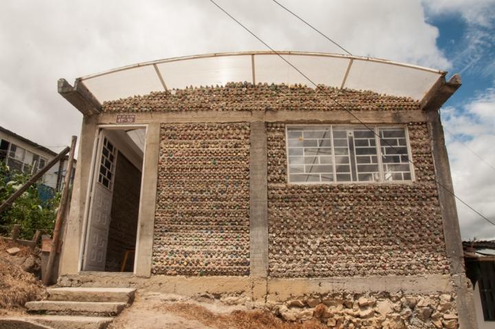11.Un salón comunal construido con tapas de plástico y ladrillos ecológicos […]