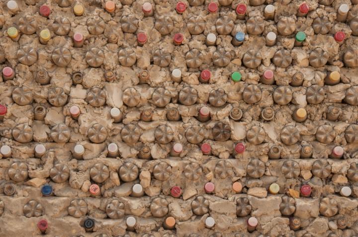 12.[...] que se realizó en conjunto con la comunidad y la Fundación Nukanti donde fueron usadas más de 20 mil tapas donadas, recogidas y levantadas de cualquier lugar de la calle.