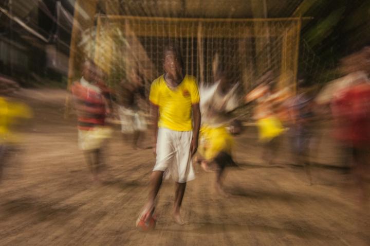 """11.La Selección Colombia del futuro jugando un """"picado"""" con iluminación proveniente del sistema de energía limpia, tituló Rippe esta foto."""