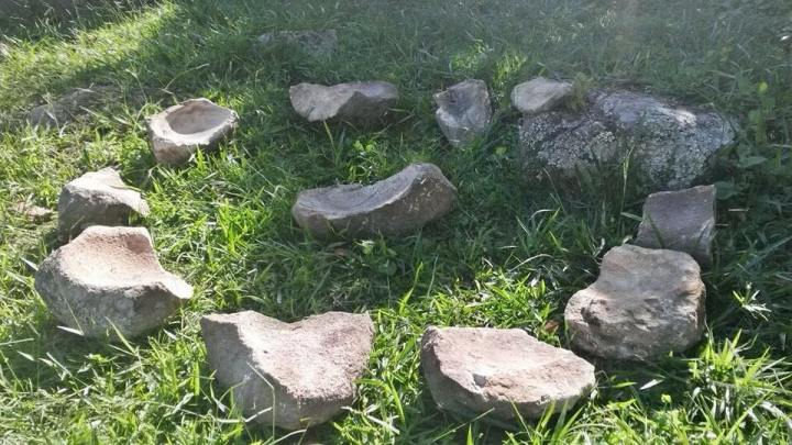 1.Estas piedras en realidad se llaman metates (del náhuatl metlatl) y son morteros de piedra tallada en forma de rectángulo.