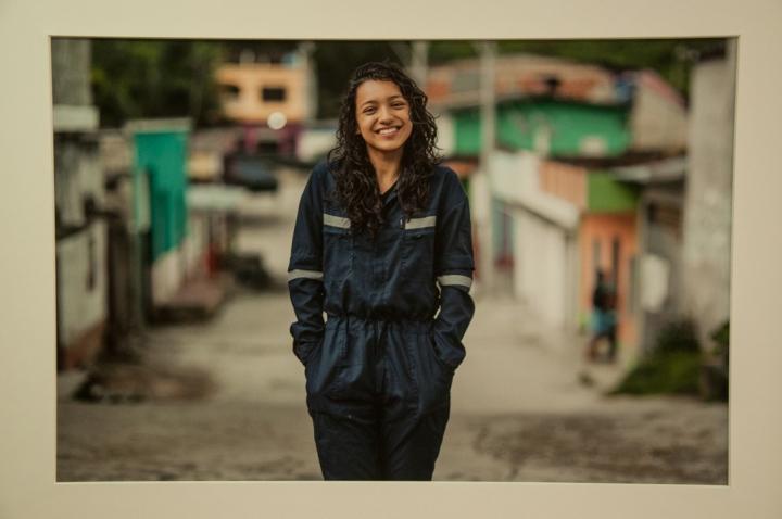8.Durley Arias, técnica electricista de Palmor (Sierra Nevada de Santa Marta), le sonríe a la vida, relata Pineda.