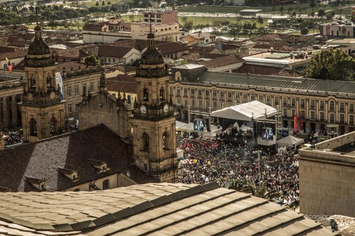 10.Ese 26 de septiembre en Bogotá llegaron masivamente a la Plaza de Bolívar los colombianos como hermanos y hermanas.