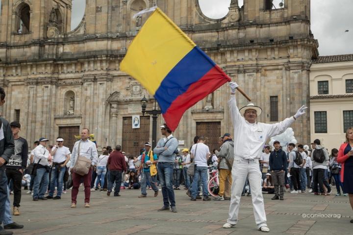 1.El pasado 26 de septiembre se acabó la guerra en Colombia y el dos de octubre los colombianos saldrán a votar si apoyan o no lo pactado a través de un plebiscito (Un procedimiento jurídico por el que se somete a votación popular una ley o un asunto de especial importancia para el Estado.)