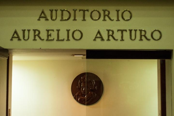 8.La donación se realizó en el Auditorio principal de la Biblioteca donde posteriormente se realizó un conversatorio de entrada libre.