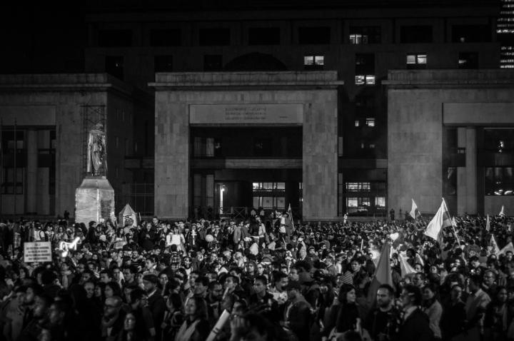 El pasado 12 de octubre miles de comunidades indígenas, afroamericanas y raizales llegaron a Bogotá para marchar a favor de que el Gobierno Nacional logre pronto un acuerdo definitivo con las Fuerzas Armadas Revolucionarias de Colombia – Ejército del Pueblo (FARC-EP) para lograr la Paz en Colombia.
