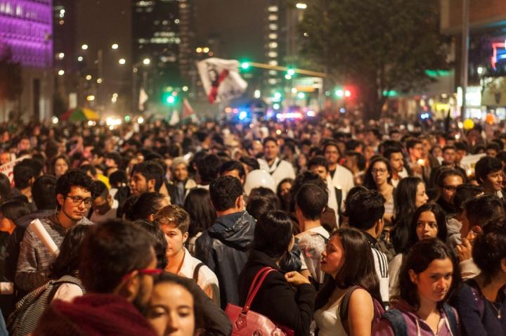 3.Tres días después de las votaciones decenas de jóvenes universitarios organizaron una multitudinaria marcha para reclamar al Gobierno Nacional que se reajusten los acuerdos pronto y festejar una Colombia en Paz.