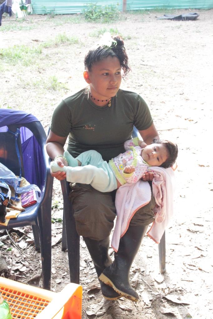 7.Es una marcha sin precedentes en la historia de Colombia, que tiene como curiosa novedad la presencia de mujeres embarazadas y lactantes, que parieron en la selva la primera generación de niños que nacen en una Colombia en tránsito hacía la Paz.
