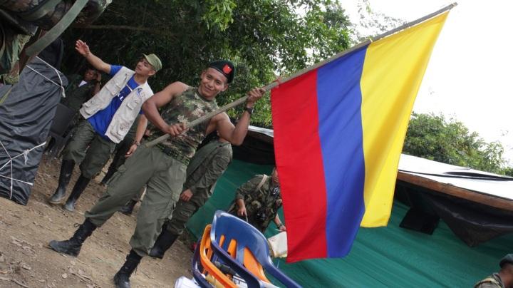 """10.Mientras tanto en el lugar del histórico embarque el insurgente William Chiza dice """"no más nostalgia, es hora de vivir por lo que luchamos"""", refiriéndose al camino que les espera, y dejando atrás la selva inmensa y húmeda, donde los miembros del Bloque Sur de las FARC duraron a sus anchas más de cincuenta años."""