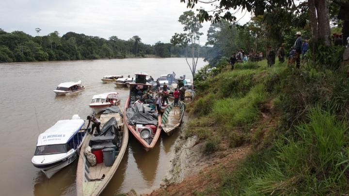 """10.Mientras tanto Rodrigo Londoño señala en su cuenta de twitter respecto al tema: """"Mientras las FARC estamos cumpliendo rigurosamente lo acordado, el Gobierno no lleva infraestructura a las zonas veredales"""", y el Gobierno responde que las muertes no son sistemáticas."""